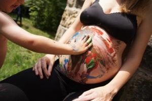 Vorbereitungen auf das Geschwisterkind - Bauch bemalen